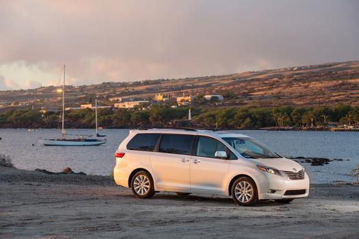 2015_Toyota_Sienna_Limited_04_62160_2524_low